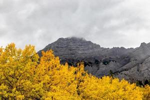 Mount Kidd. Spray Valley Provincial Park, Alberta, Canadá foto