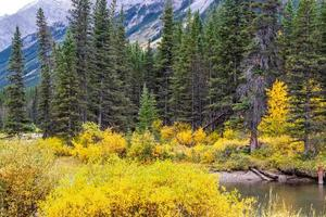 montanha da fortaleza. Spray Valley Provincial Park, Alberta, Canadá foto