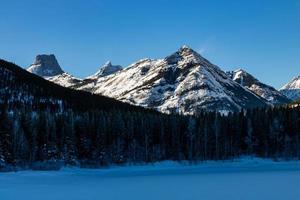 montanhas de calcário. Spray Valley Provincial Park foto