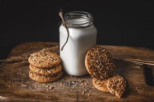 biscoitos caseiros de manteiga de amendoim na tábua de cortar foto