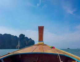 barcos tradicionais na ilha phi phi foto