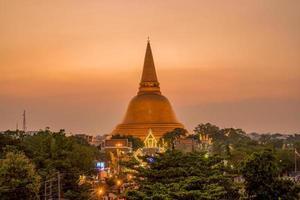 pôr do sol na província de phra pathom chedi nakhon pathom, tailândia foto