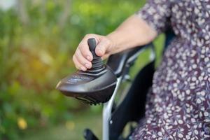 paciente idosa asiática em cadeira de rodas elétrica foto