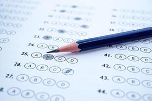 lápis em papel de teste de múltipla escolha. foto