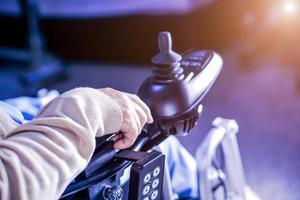 paciente sênior mulher asiática usa cadeira de rodas elétrica no hospital. foto