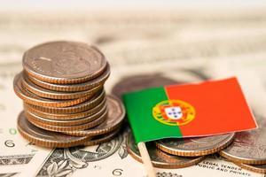 pilha de moedas com bandeira portural em fundo branco. foto