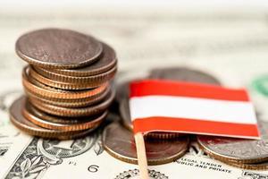 pilha de moedas com a bandeira da Áustria em fundo branco. foto