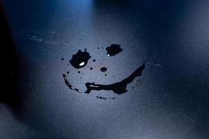 gota de água na mesa de madeira, mancha de água foto