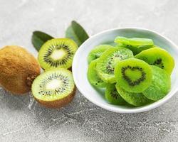 pedaços de kiwi seco foto