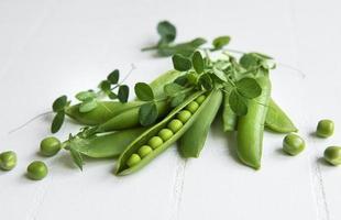 vagens de ervilhas verdes frescas e ervilhas verdes foto
