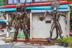 robôs samui feitos de peças de metal em koh samui, tailândia, 2018 foto