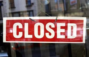 placa de loja fechada foto