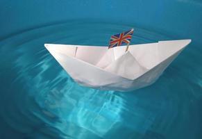 navio de papel com bandeira do Reino Unido foto
