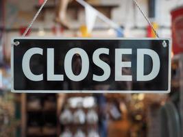 placa fechada na vitrine de uma loja foto