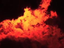 chama de fogo laranja e vermelha foto