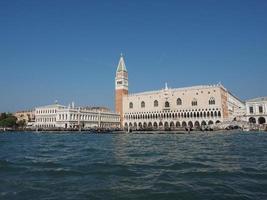 quadrado de São Marcos visto da bacia de São Marcos em Veneza foto