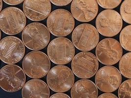 moedas de um centavo de dólar, estados unidos sobre preto foto