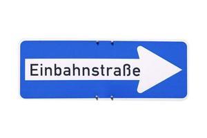 sinal alemão isolado sobre o branco. rua de sentido único einbahnstrasse foto