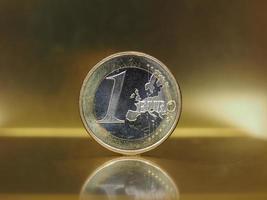 Moeda de 1 euro, união europeia sobre fundo dourado foto