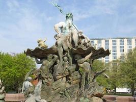 Fonte de Neptunbrunnen em Berlim foto