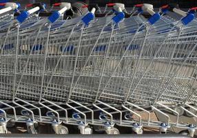 supermercado carrinhos de compras foto