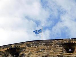 bandeira escocesa no castelo de edimburgo foto