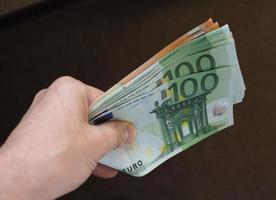 mão com notas de euro, união europeia foto