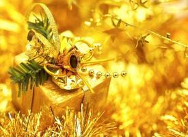 presente de natal em uma decoração de ouropel cintilante de ouro foto