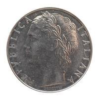 moeda de lira italiana isolada sobre o branco foto