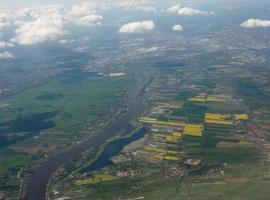 vista aérea do rio elba perto de hamburgo foto