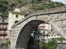 ponte romana em pont saint martin foto