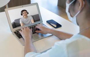 videochamada de mulher de negócios com cliente durante o surto covid 19 foto