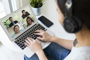 videochamada de mulher de negócios com cliente de casa foto