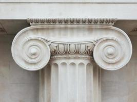 coluna iônica capital foto