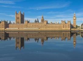 casas do parlamento refletidas no rio Tamisa em Londres foto