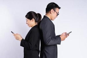 empresário asiático e mulher de negócios usando smartphone foto