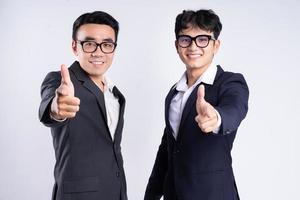 dois empresários asiáticos posando em fundo branco foto