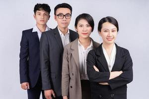 grupo de empresários asiáticos posando em um fundo branco foto