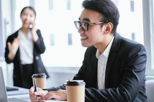 retrato de empresário asiático trabalhando duro foto