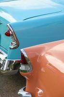 close up shot de lanternas traseiras de carros antigos foto