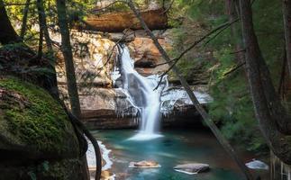 cachoeira cênica de cedro no parque estadual de hocking hills ohio foto