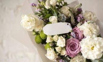 flores de aniversário com nota vazia foto