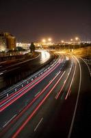 a visão noturna turva da cidade foto