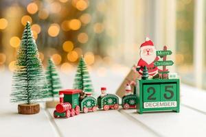 elementos vermelhos e verdes que são usados para decorar a árvore de natal foto