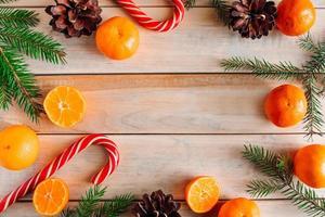 galhos de árvores de natal, pinhas, tangerinas foto