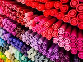canetas coloridas em muitas cores diferentes foto
