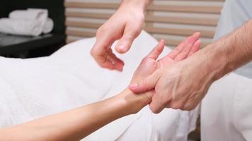 procedimento de massagem de mãos no salão spa. cuidados com as mãos no salão de beleza. massageie os dedos e o pulso em um salão de spa. procedimento de manicure spa. foto
