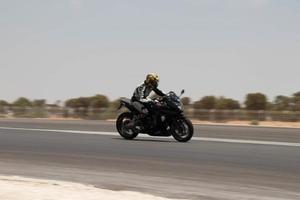 cidade, país, mmm dd, aaaa - competição de motocicleta em uma pista de corrida foto