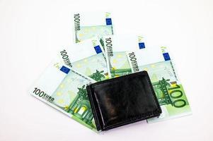 Notas de 100 euros espalhadas no fundo branco foto