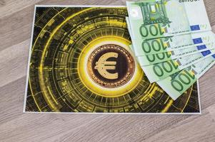 Notas de 100 euros e tepetino com o símbolo do euro foto